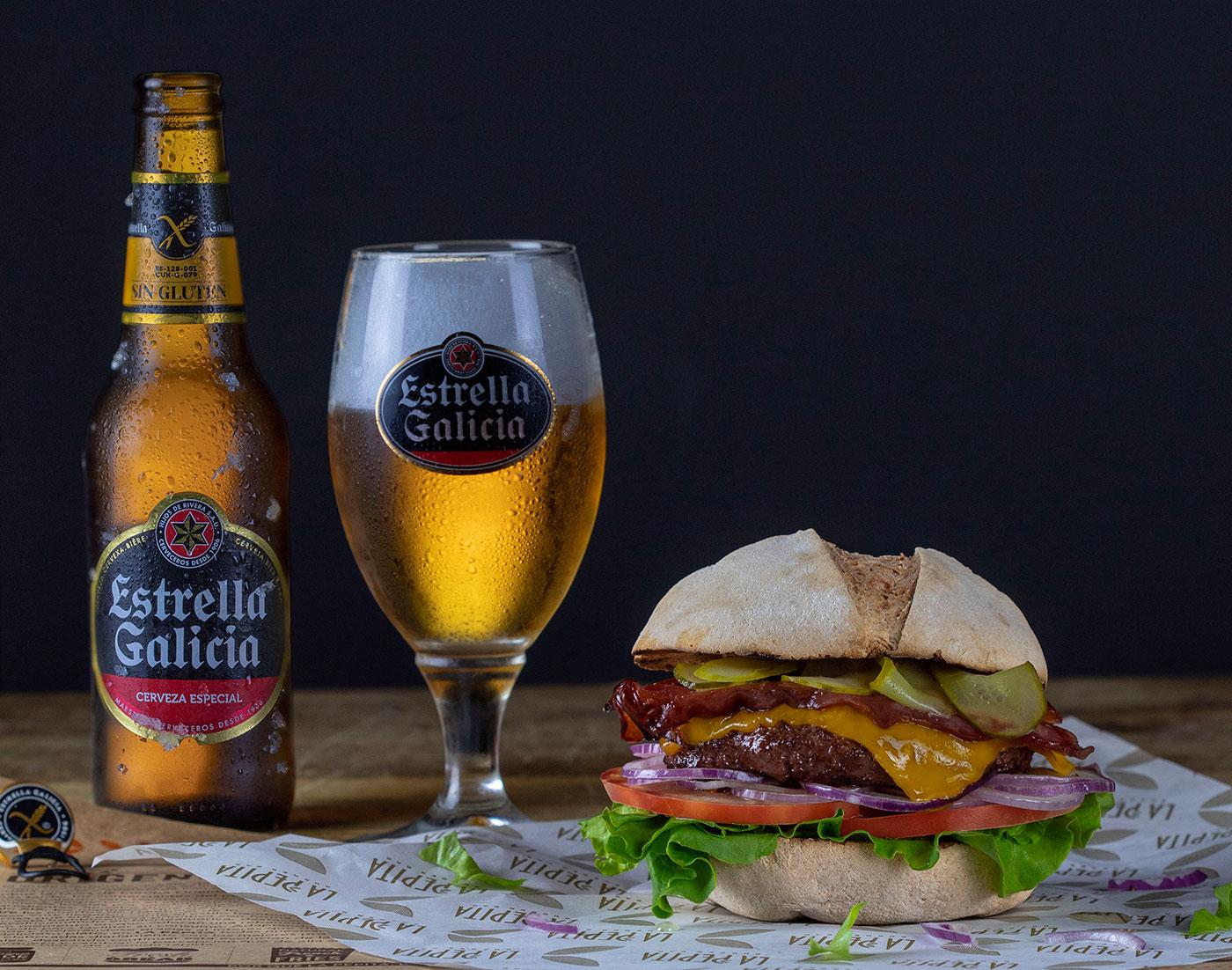 Burger-sin-gluten-+-cerveza-Estrella-Galicia-La-Pepita-Burger-Bar-El-Fotogastro